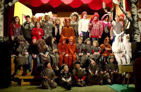 """-Alle er med! Alle de 39 elevene og de åtte barna i barnehagen ved Elfsfjord oppvekstsenter er med på musikalen """"Nisse på ville veier"""". Helgeland arbeiderblad. Foto: Nils Lorentsen"""